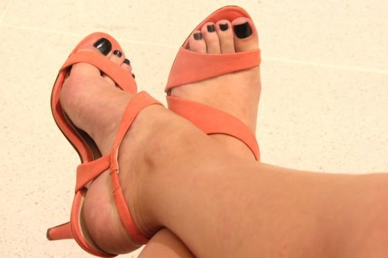 Pezinhos em sandalia de salto alto