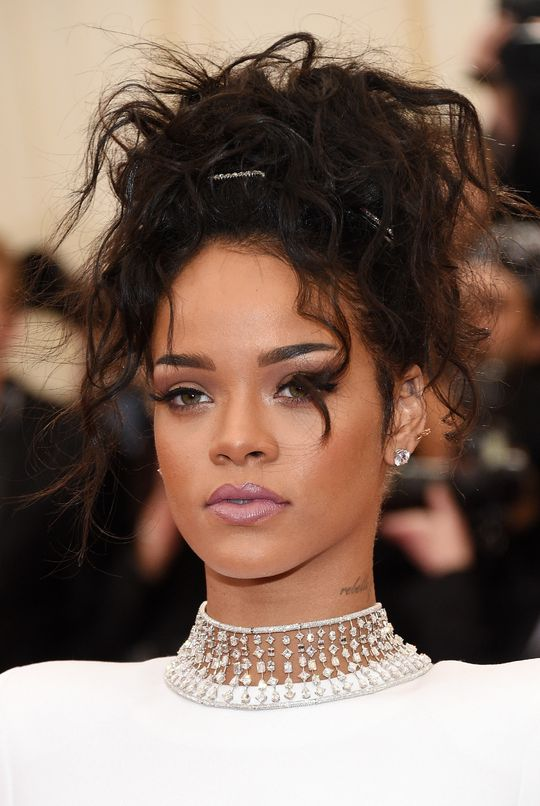 met-gala-2014-rihanna-hair-makeup-w540