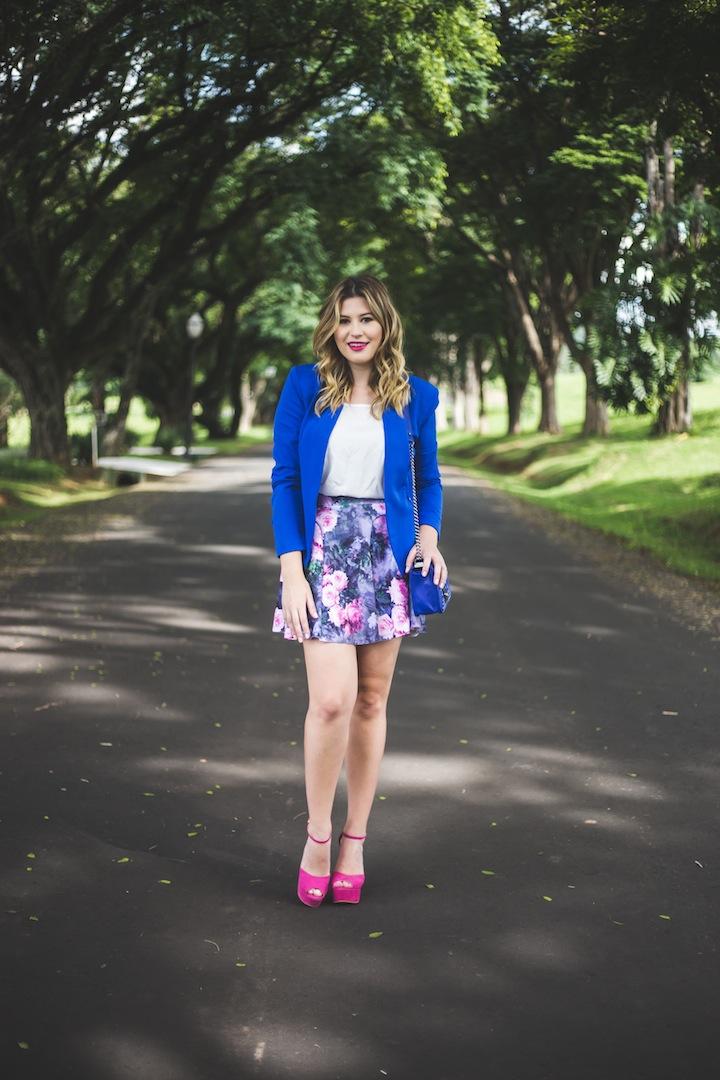 c69de3a03 Ahhh me senti uma Barbie com esse look lindo azul e pink. Saia cintura  alta, blazer, salto alto… tudo que eu amo. Eu tenho um pouco de medo de  brincar com ...